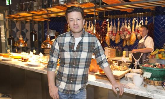 영국 셀럽 요리사 제이미 올리버. 스페인 대표 요리 파에야에 변형을 시도했다 비난을 받았다. [사진 가디언 캡처]