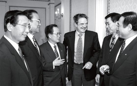 1998년 1월 4일 비상경제대책위원회 위원들이 한국을 찾은 세계적 투자가 조지 소로스(오른쪽 셋째)를 만나 위기 대책을 논의하고 있다.