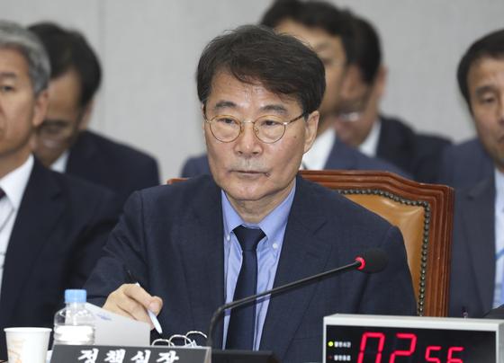 장하성 전 청와대 정책실장이 국회에서 열린 국회 운영위원회 국정감사에서 의원들의 질의를 듣고 있다. 임현동 기자