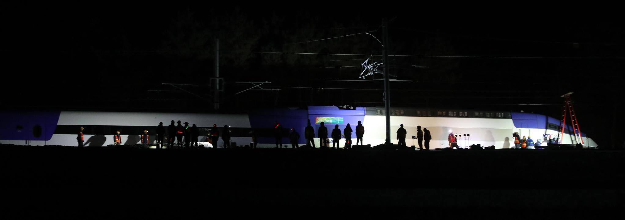 KTX열차 탈선사고가 발생한 강릉시 운산동 사고현장에서 8일밤 관계자들이 복구 작업을 하고 있다. 우상조 기자