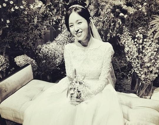 조수애 전 JTBC 아나운서(26)의 단아한 웨딩드레스 자태가 공개됐다. [소셜미디어 캡처]