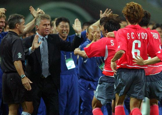 2002년 월드컵 폴란드전에서 골을 터트린 뒤 박항서 코치에게 안기는 황선홍. [중앙포토]