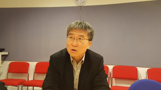 장하준 영국 케임브리지대 경제학과 교수가 한국 경제에 대한 진단과 해법을 말하고 있다. [케임브리지=김성탁 특파원]