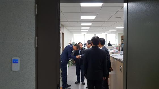 유기준 의원이 선거운동을 위해 주광덕 의원을 찾았다 주 의원을 먼저 찾아온 오세훈 전 서울시장과 악수를 하고 있다.