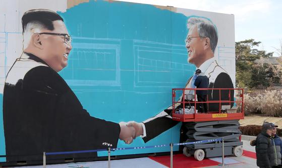 청와대가 최근 청와대 사랑채 앞에 설치한 문재인 대통령과 김정은 국무위원장의 악수하는 대형 그림. 최승식 기자