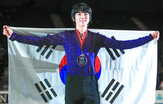 피겨 그랑프리 파이널 남자 싱글에서 동메달을 딴 뒤 태극기를 펼치고 있는 차준환. [타스=연합뉴스]