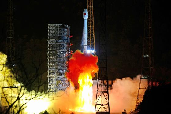 중국의 달 뒷면 탐사선 창어 4호가 지난 8일 쓰촨성 시창 위성발사센터에서 발사되고 있다. 그동안 다양 한 형태의 달 탐사선이 발사됐지만 달 뒷면 탐사에 도전하는 건 이번이 처음이다. [로이터=연합뉴스]