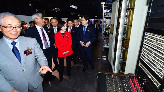 2015년 9월 열린 대한민국 통신 130주년 특별 전시회에서 이용경 전 KT 사장이 1980년대 개발한 TDX-1 전자식 교환기를 살펴보고 있다. TDX 개발은 고질적인 전화 적체를 해소했을 뿐 아니라 정보통신(IT) 산업을 진흥했다. [중앙포토]