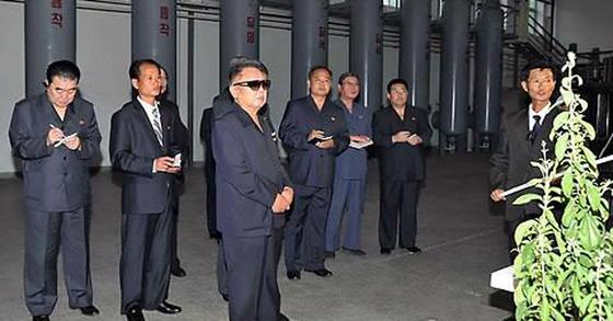 김정일 국방위원장이 사망 석달 전인 2011년 9월 8일 평양 소재 '8월 풀가공공장'을 시찰하는 모습. [연합뉴스]