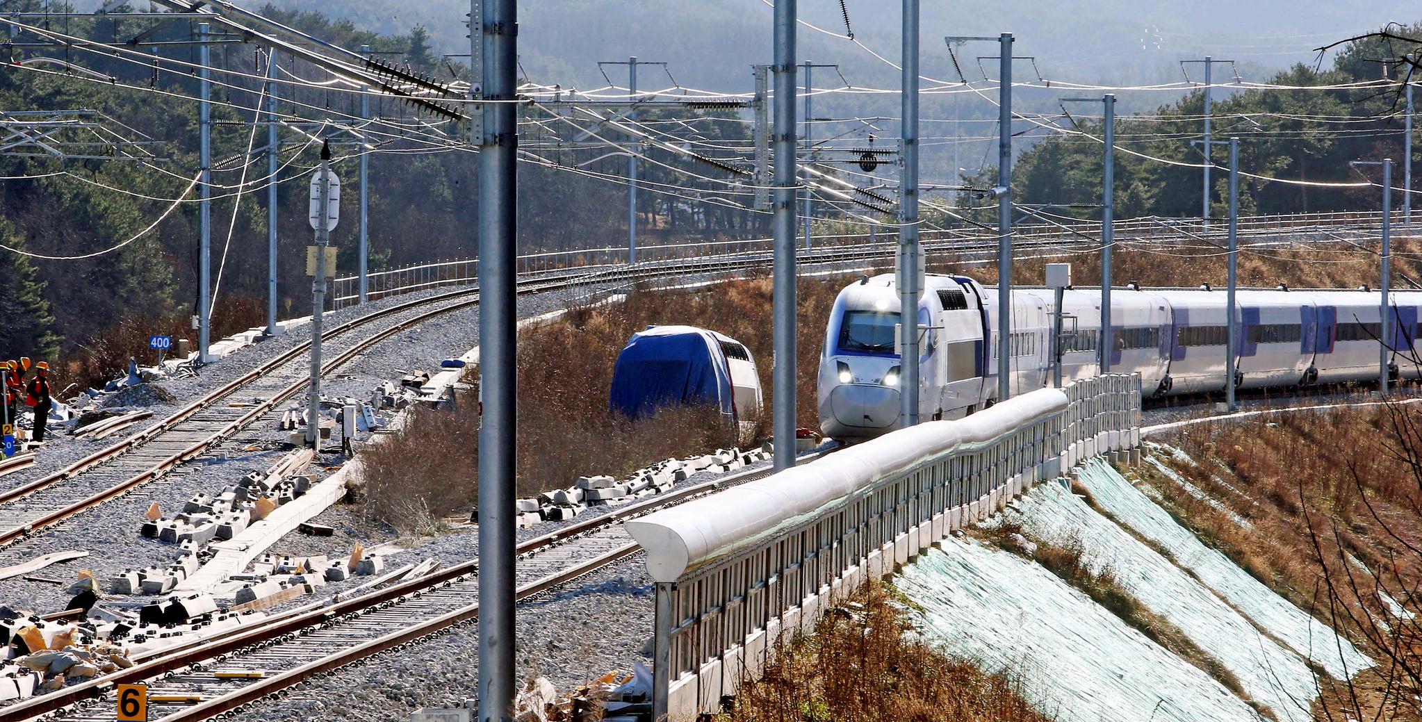 10일 운행을 재개한 강릉선 KTX 열차가 지난 8일 탈선 사고가 발생했던 강원 강릉시 운산동 현장을 지나가고 있다. 왼쪽으로 탈선 열차의 기관차가 보인다. [연합뉴스]