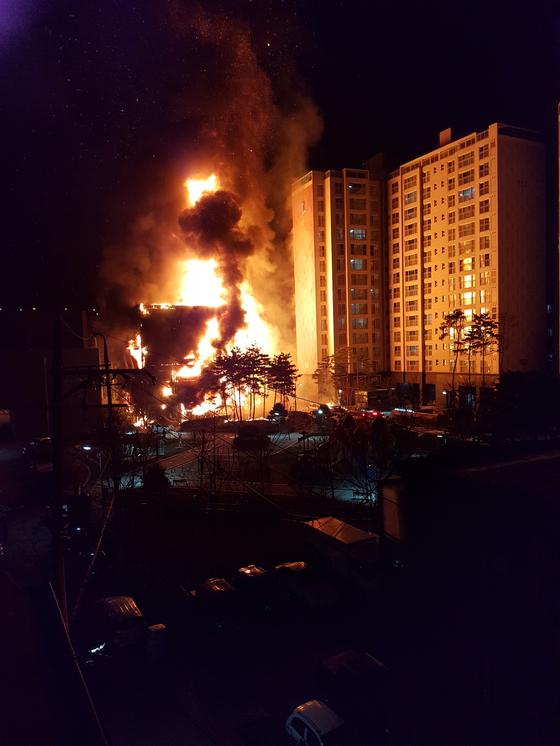 9일 오후 8시 42분께 경기도 의정부시 의정부동의 한 아파트 모델하우스에서 원인을 알 수 없는 불이 났다. [독자 최진광씨 제공=연합뉴스]