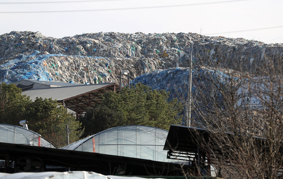 경북 의성군 단밀면 한 폐기물 처리장에 쓰레기가 산처럼 쌓여 방치되고 있다. [연합뉴스]
