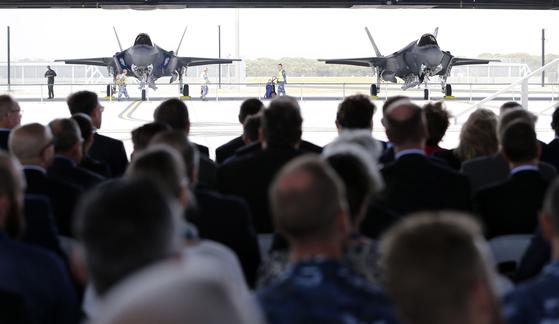 10일 호주 RAAF기지에서 열린 최첨단 스텔스기 F-35A 도입 환영식에서 참석자들이 전투기를 바라보고 있다. [EPA=연합뉴스]