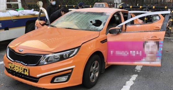 10일 오후 2시께 서울 여의도 국회경비대 앞 국회대로에서 택시기사 최모씨가 자신의 택시 안에서 몸에 인화 물질을 뿌리고 불을 질러 분신을 시도했다. [연합뉴스]