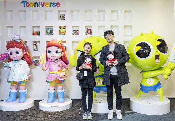 배지영(왼쪽) 학생모델과 이종혁 애니메이션 기획 PD가 투니버스 사옥에서 뿌까 캐릭터 인형을 안고 포즈를 취했다.