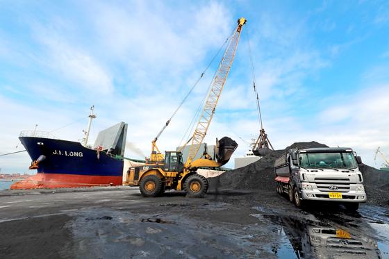 지난 8월 북한산 석탄을 반입한 의혹을 받는 진룽호가 정박 중인 경북 포항신항에서 석탄 하역작업을 진행하고 있다. [뉴스1]