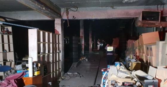 10일 오전 1시 24분 부천의 한 공장 화재 현장에서 불에 탄 남성 시신이 발견돼 경찰이 수사에 나섰다. [사진 부천소방서 제공]