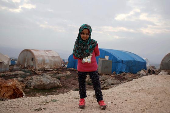 시리아 난민촌에서 생활하는 마야 메르히(8)가 새로운 의족을 착용하고 서있다. [AFP=연합뉴스]