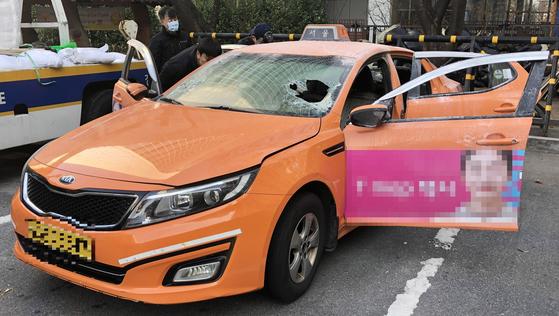 10일 오후 2시께 서울 여의도 국회경비대 앞 국회대로에서 택시기사 최 모 씨가 자신의 택시 안에서 몸에 인화 물질을 뿌리고 불을 질러 분신을 시도했다.   [연합뉴스]