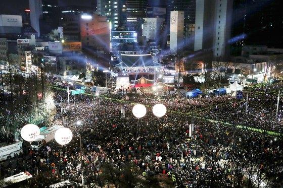 2018년 무술년(戊戌年)의 첫째날인 1일 오전 서울 중구 보신각에서 열린 제야의종 타종행사를 찾은 시민들이 새해를 맞이하고 있다. [뉴스1]