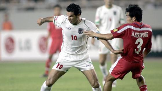 이란축구영웅 알리 다에이 전 이란대표팀 감독(왼쪽)의 현역 시절 경기 모습. [AFC 홈페이지 캡쳐]