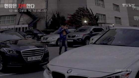 본지 이태윤 기자가 얼굴을 가리고 가상 범행시나리오에 맞춰 걷고 있다. [중앙포토]