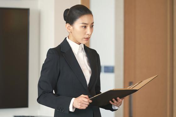 드라마 'SKY 캐슬'에서 1년에 단 두 명의 학생만 담당하는 입시 코디네이터 역할을 맡은 배우 김서형. [사진 JTBC]