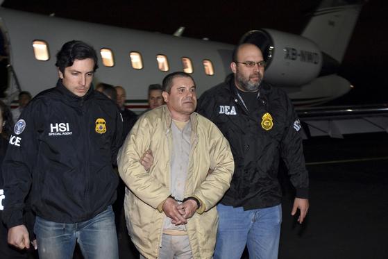 2017년 1월 멕시코 당국에 의해 미국으로 신병이 인도된 마약왕 '엘 차포' 구스만이 뉴욕 공항에 내려 이동 하고 있다. [AP=연합뉴스]