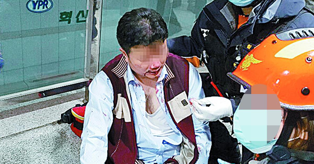 지난달 22일 충남 아산시 둔포면 유성기업 아산공장에서 금속노조 유성지회 조합원들에게 폭행을 당한 김모 상무가 119구급대의 치료를 받고 있다. [사진 유성기업]