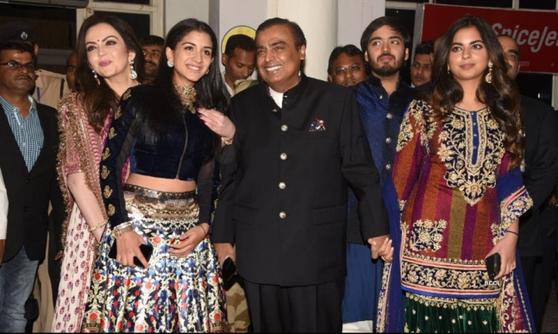 무케시 암바니 가족 사진. 맨 오른쪽이 이번에 결혼하는 이샤 암바니다. [뉴스1]