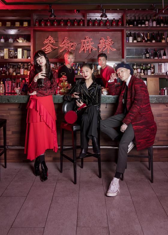 지난 4일 모델 5인에게 파티 콘셉트를 미리 설명하고 서울 한남동 한 홍콩 스타일 레스토랑에서 연말 파티를 미리 열었다. 프리랜서 김동하