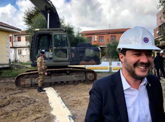 마테오 살비니 이탈리아 부총리가 굴삭기에서 내려와 미소를 짓고 있다. [사진 마테오 살비니 트위터]