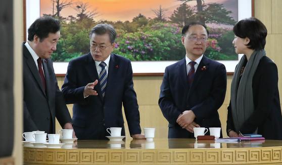 문재인 대통령(왼쪽 두 번째)이 11일 오전 충남 세종시 정부청사에서 열린 국무회의를 주재하기에 앞서 이낙연 총리와 차담을 나누고 있다. [청와대사진기자단]