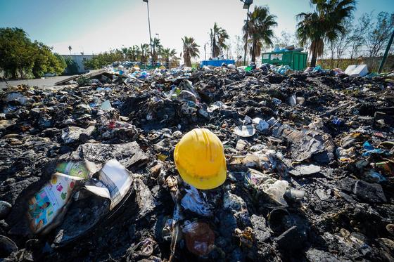 나폴리 인근 도시에 소각된 쓰레기가 그대로 방치된 모습. [EPA=연합뉴스]