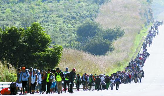 미국 이민을 꿈꾸며 멕시코를 가로질러 북쪽 접경지대로 향하고 있는 캐러밴. 온두라스·과테말라 등에서 범죄와 빈곤을 못 이겨 탈출하는 일종의 '난민'으로 범죄조직으로부터 약탈을 피하기 위해 수천명이 함께 움직인다. [AFP=연합뉴스]