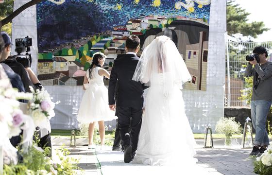 9월 30일 창신동 낙산어린이공원에서 문화가 있는 날 행사로 결혼식이 진행되고 있다. 권혁재 기자