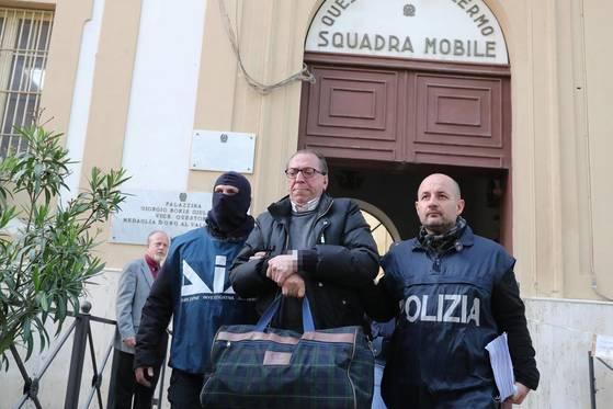 이탈리아 경찰이 지난해 4월 마피아를 체포하고 있는 모습. 이탈리아 경찰은 마피아 동료들의 보복을 우려해 검은 복면을 쓰곤 한다. [EPA=연합뉴스]