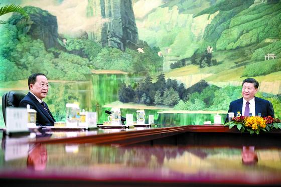 """중국을 방문한 이용호 북한 외무상이 지난 7일 베이징 인민대회당에서 시진핑 중국 국가주석을 면담했다. 시 주석은 '중·조 친선관계를 발전시키는 것이 중국 정부의 확고한 방침""""이라고 말했다. [EPA=연합뉴스]"""