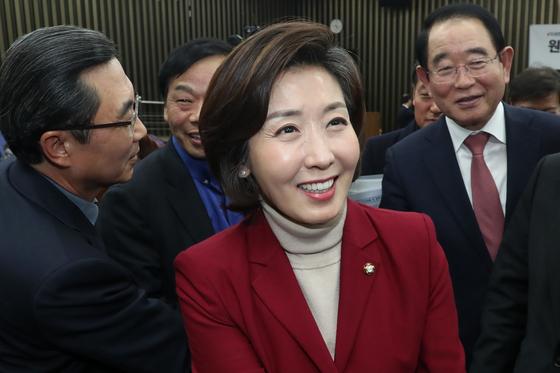자유한국당 신임 원내대표에 당선된 나경원 의원이 11일 오후 서울 여의도 국회에서 선거가 끝난 뒤 의원들의 축하를 받고 있다. 김경록 기자