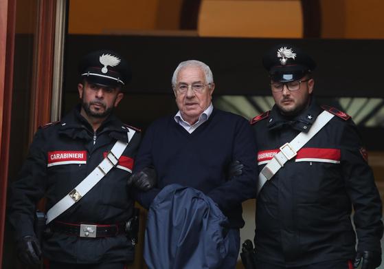지난 4일 이탈리아 마피아 조직 코사 노스트라(Cosa Nostra) 우두머리 세티모 미네오(80)가 경찰에 붙잡혔다. [AP=연합뉴스]