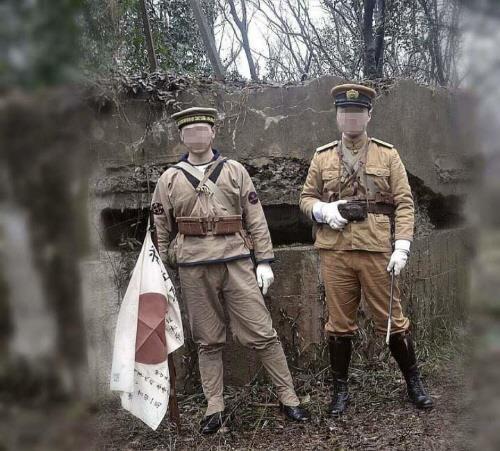 난징에서 중국인 청년 2명이 일본 국기를 들고 제국주의 일본군 군복을 입은 코스프레를 해 비판을 받았다. [웨이보 캡처=연합뉴스]