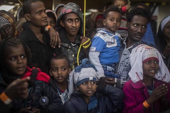 이탈리아로 넘어온 리비야 난민들. 마피아들은 이탈리아 난민센터 운영에 개입하고, 난민을 이용해 마약 밀수시도까지 한다. [AP=연합뉴스]