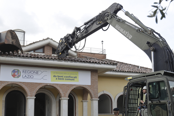 지난달 26일 마테오 살비니 이탈리아 부총리가 직접 굴삭기에 타서 마피아 주택 철거에 참여했다. [AP=연합뉴스]