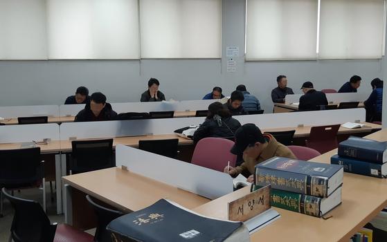 몇 시간 동안 자리를 지키고 앉아 어려운 책을 읽고 있는 사람들도 많다. 학생들은 대부분 독서실처럼 칸이 쳐진 일반 열람실로 가고 자료 열람실에는 어른들이 여유롭게 책을 읽는다. [사진 박헌정]