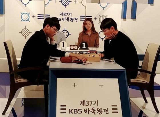 박정환 9단(오른쪽)이 신진서 9단을 꺾고 KBS바둑왕선 결승에 진출했다. [사진 한국기원]