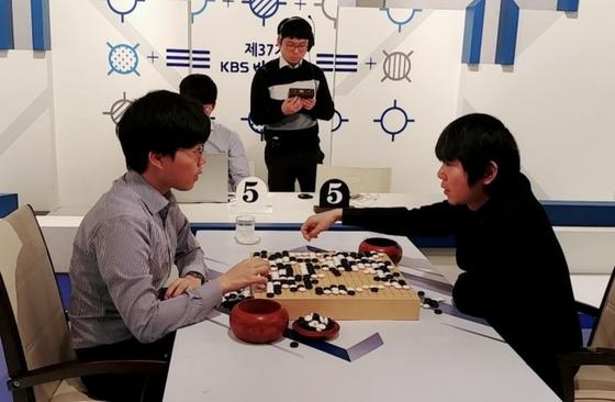 신민준 9단(왼쪽)은 이세돌 9단을 이기고 KBS바둑왕전 결승에 올랐다. [사진 한국기원]