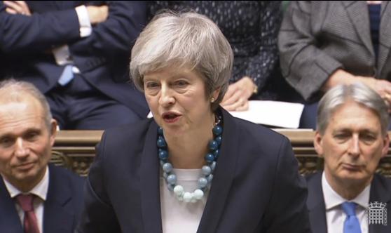 메이 영국 총리가 10일 하원에서 브렉시트 합의안 표결 연기를 발표하고 있다. [AP=연합뉴스]
