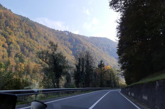 슬로베니아는 EU 가입국으로 발칸반도나 舊유고슬라비아연방 가운데 가장 선진국이다. 그런 나라의 수도로 들어가는 주요 도로가 이렇게 한적한 2차로라면 진작에 의심을 했어야 한다. [사진 박헌정]