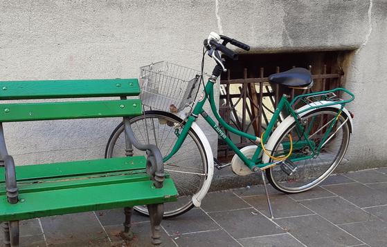 어느 낯선 곳에 가더라도 한쪽에 다소곳이 세워진 자전거를 보면 여유가 느껴진다. 평범한 누군가의 일상이 연상되기 때문 아닐까. [사진 박헌정]