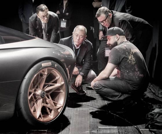 정의선(가운데) 현대차그룹 부회장이 지난 3월 '2018 뉴욕 국제 오토쇼'에 참석해 현대차 엄홍석 이사, 피터 슈라이어 사장과 함께 E-GT 콘셉트카를 살펴보고 있다.[사진 제네시스]